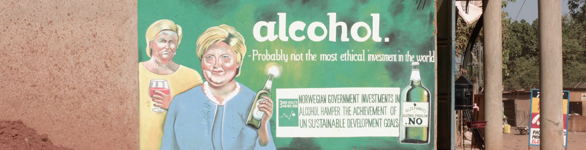 "Reklameplakat for kampanjen Oljefondes alkoholproblem. Malt på en vegg i Afrika. Plakaten viser Siv Jensen og Erna Solberg og har teksten ""alcohol - probably not the most ethical investment in the world"""